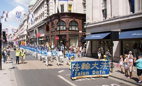 Die Tian Guo Marching Band marschiert durch London.